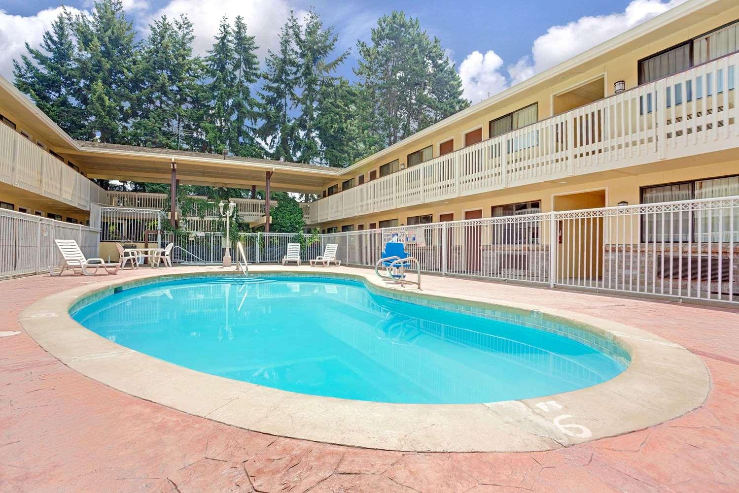 Pool - Days Inn Tukwila