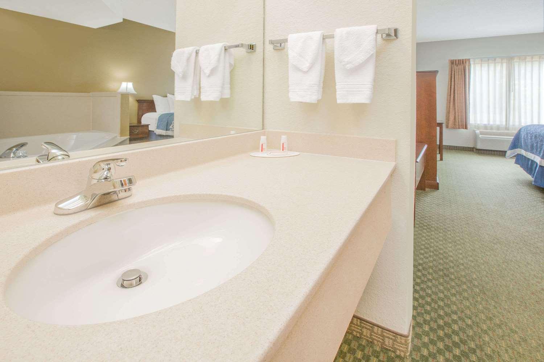 Room - Days Inn Hattiesburg