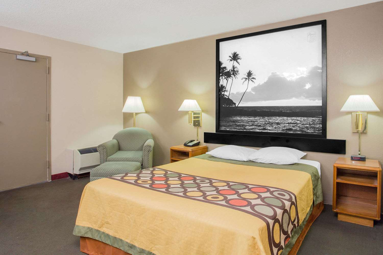 Room - Super 8 Hotel East Madison