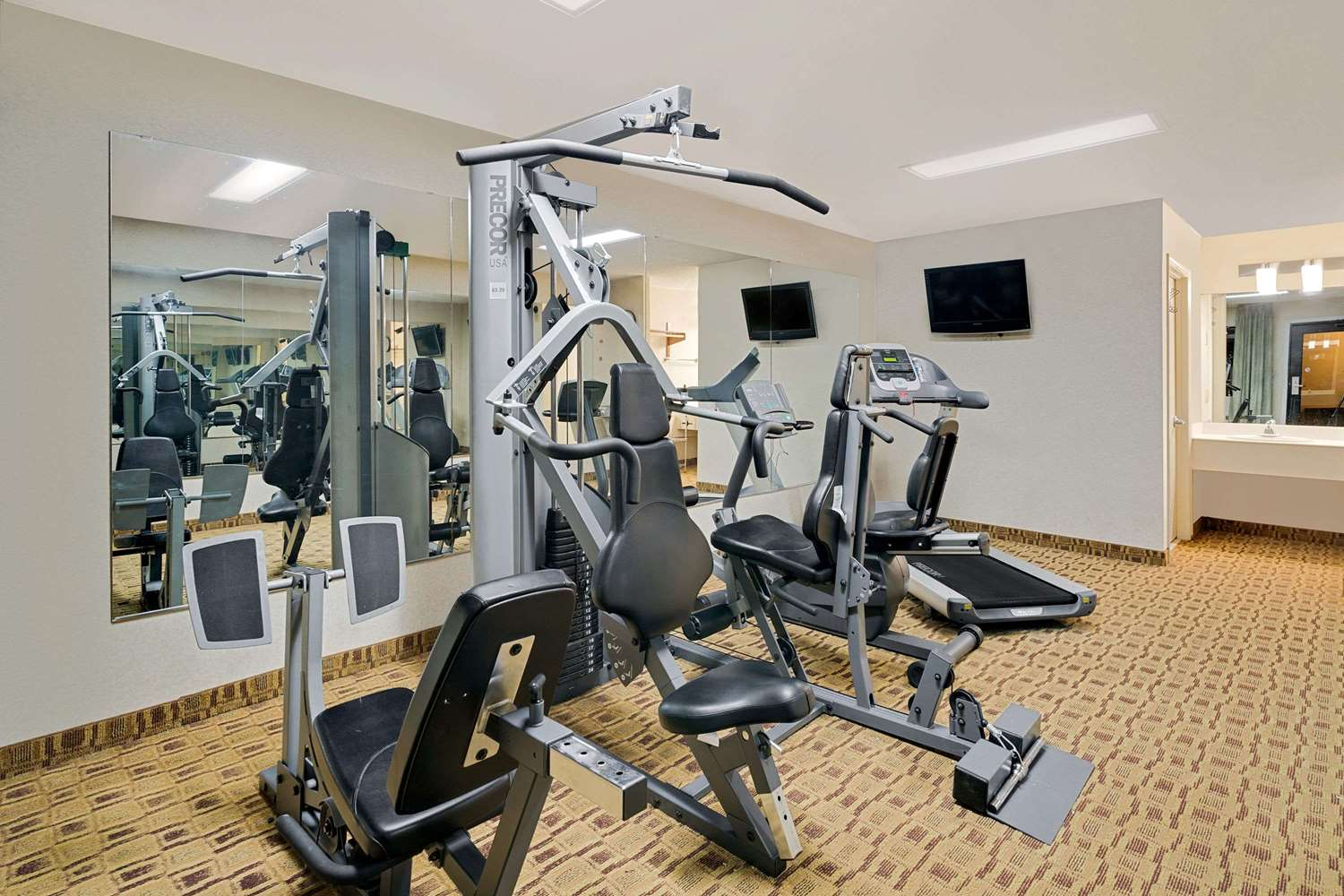 Fitness/ Exercise Room - Super 8 Hotel Hermitage