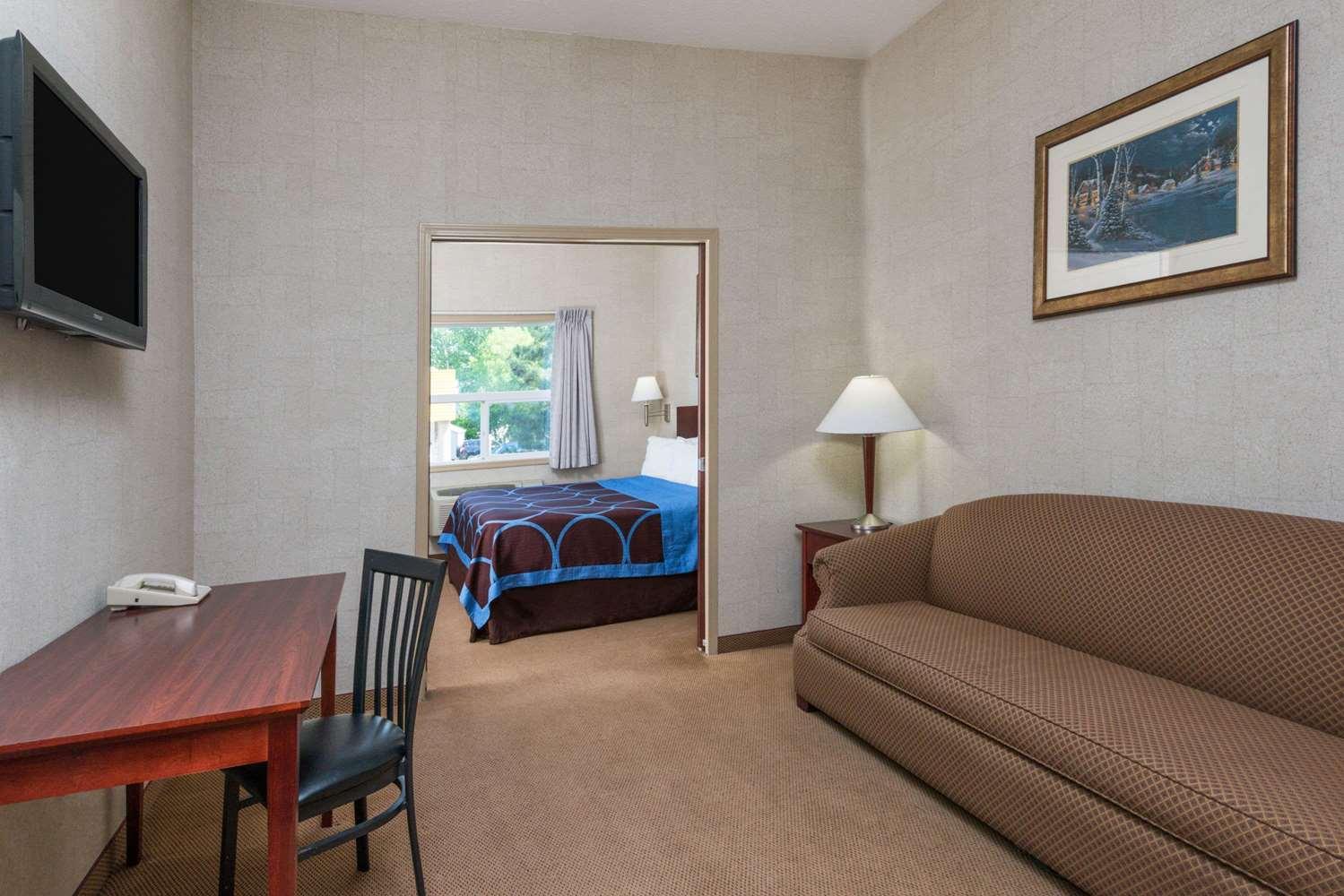 Suite - Super 8 Hotel City Centre Red Deer