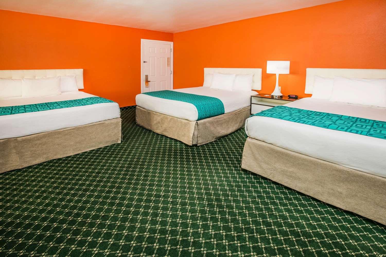 Room - Howard Johnson Inn & Suites Flagstaff