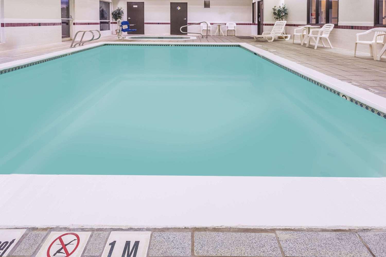 Pool - Days Inn Vancouver