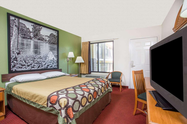 Room - Super 8 Hotel Lavonia