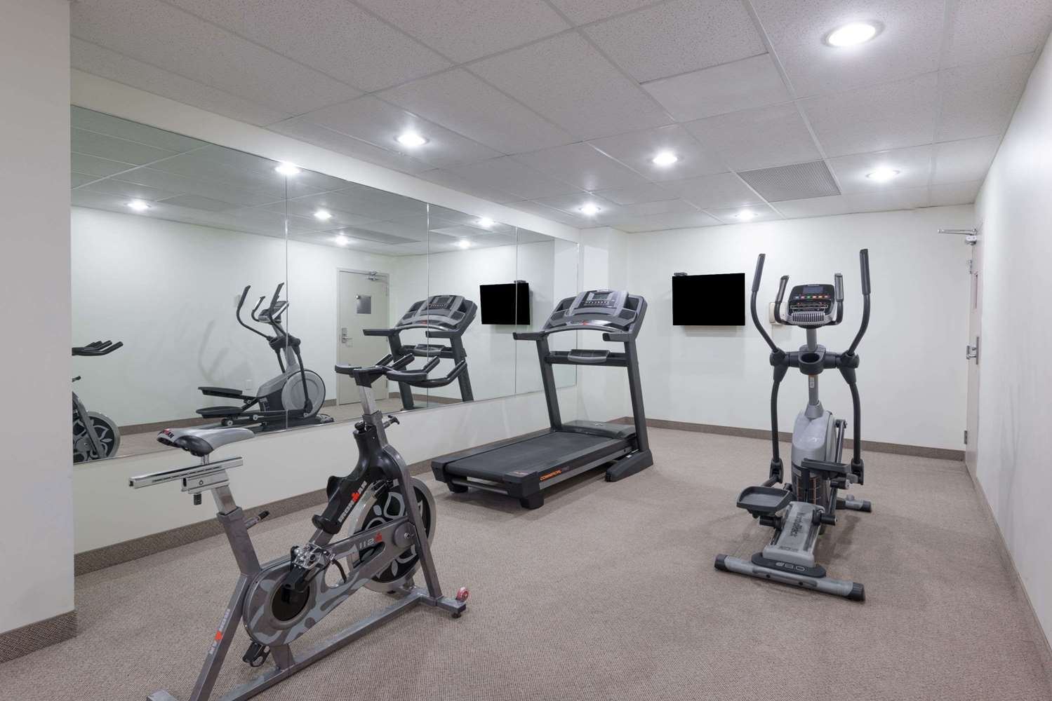 Fitness/ Exercise Room - Super 8 Hotel Downtown Toronto