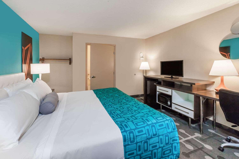 Room - Howard Johnson Hotel Detroit Airport Romulus
