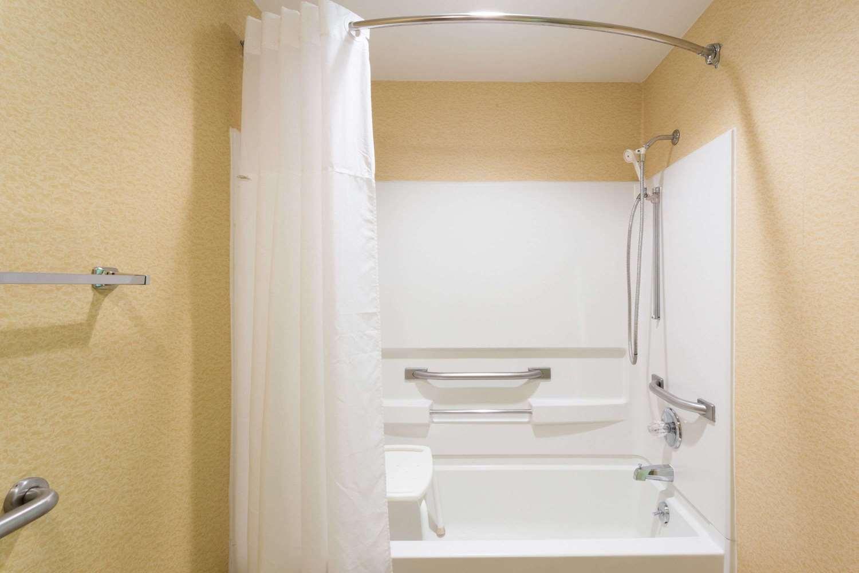 Room - Ramada Inn Bettendorf