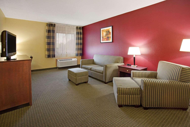 Suite - Ramada Inn Bettendorf