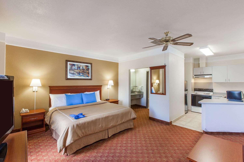 Suite - Days Inn Webster