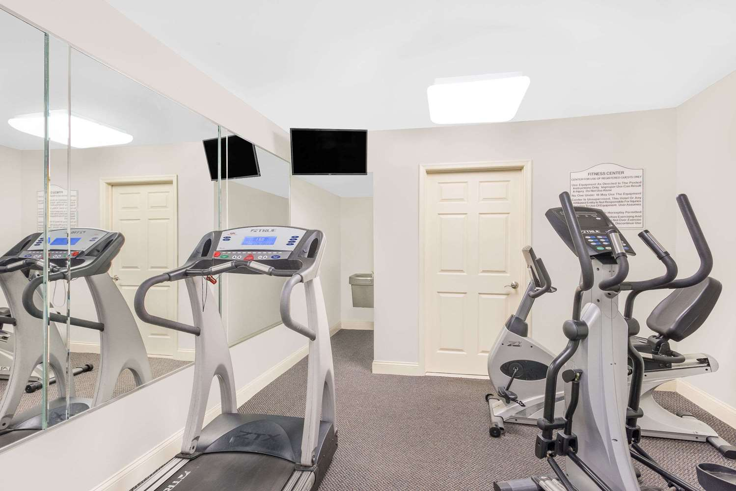 Fitness/ Exercise Room - Days Inn Springfield