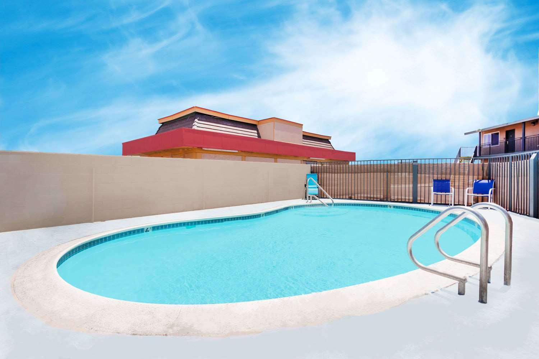 Pool - Travelodge Barstow