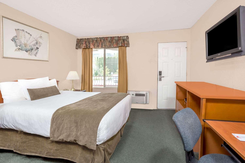 Room - Howard Johnson Inn Downtown Kamloops