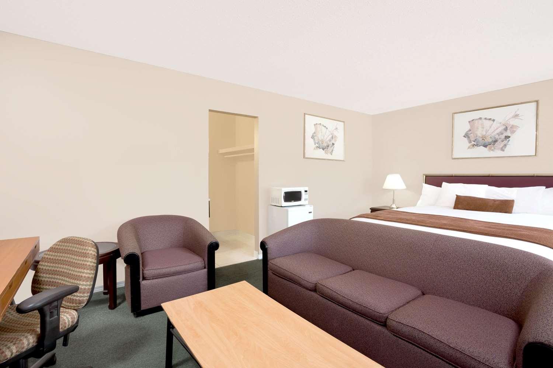 Suite - Howard Johnson Inn Downtown Kamloops