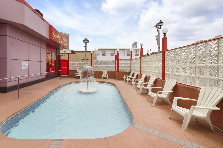 Pool - Travelodge Hotel Niagara Falls