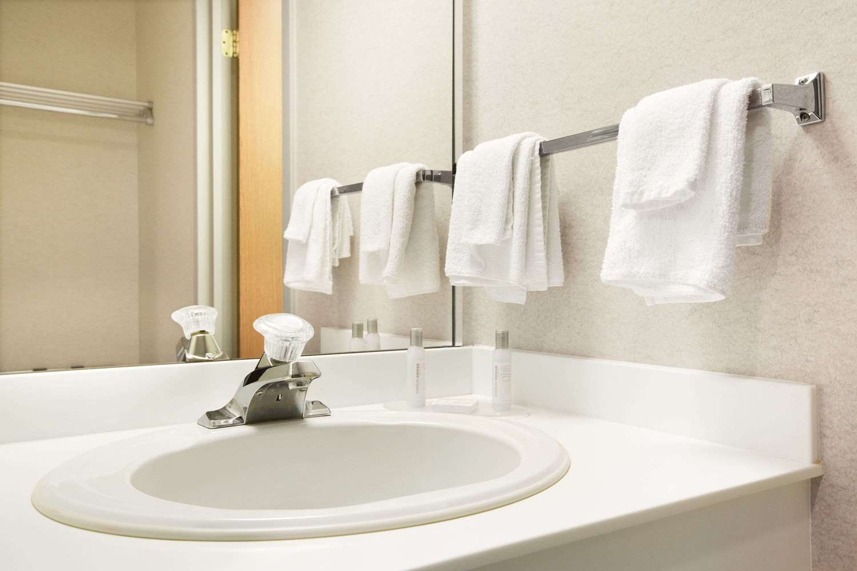 Room - Travelodge Hotel Niagara Falls