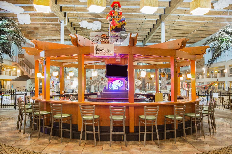 Bar - Ramada Tropics Resort & Conference Center Des Moines