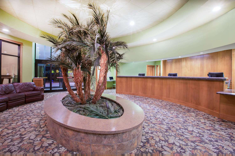 Lobby - Ramada Tropics Resort & Conference Center Des Moines