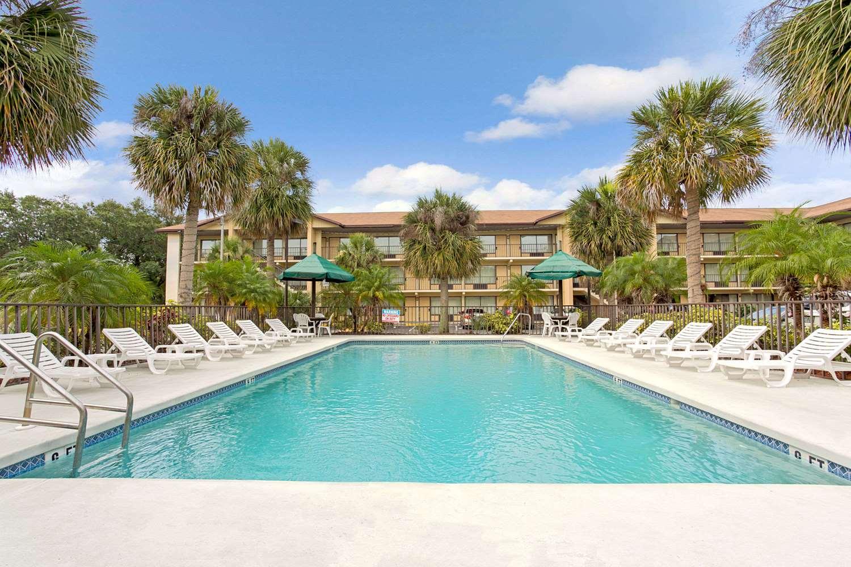 Pool - Baymont Inn & Suites Kissimmee