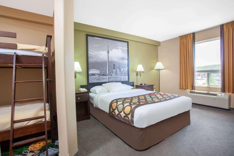 Suite - Super 8 Hotel Midland