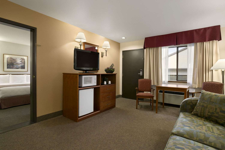 Suite - Baymont Inn & Suites Kirkland