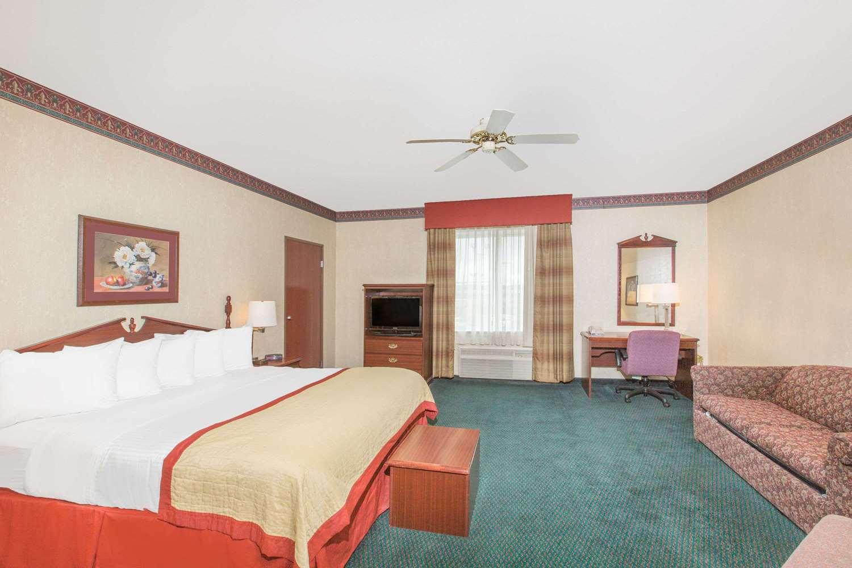 Room - Baymont Inn & Suites Jonesboro