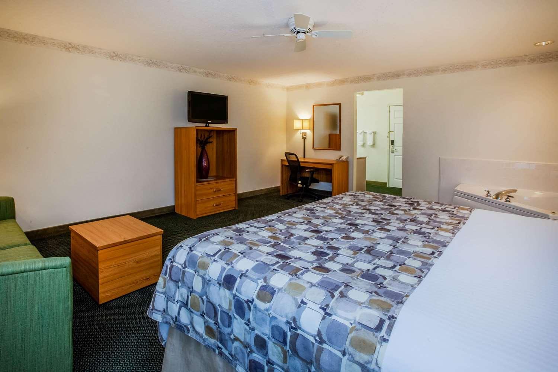 Room - Baymont Inn & Suites Mackinaw City
