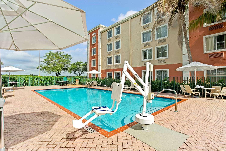 Pool - Baymont Inn & Suites Airport Doral