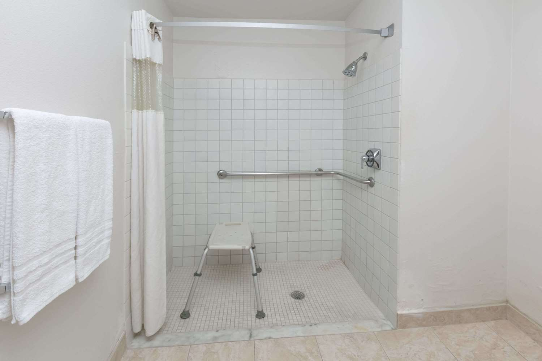 Room - Baymont Inn & Suites Arlington