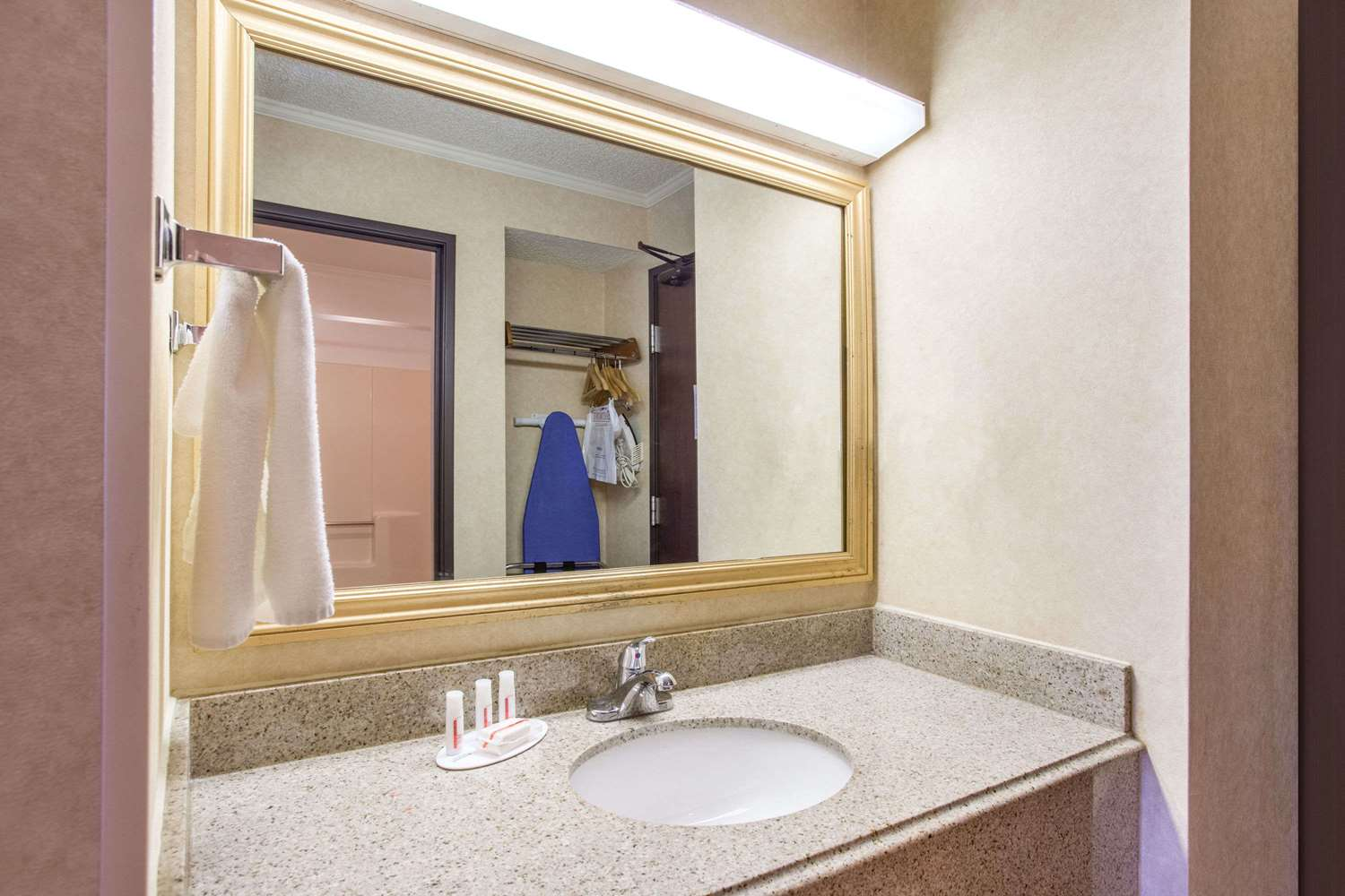 Room - Baymont Inn & Suites Roseville