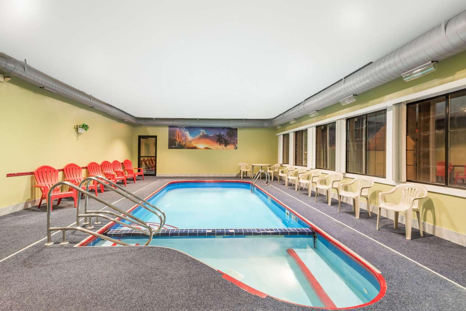 Pool - Days Inn & Suites Girard