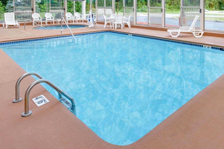 Pool - Baymont Inn & Suites Bridgeport