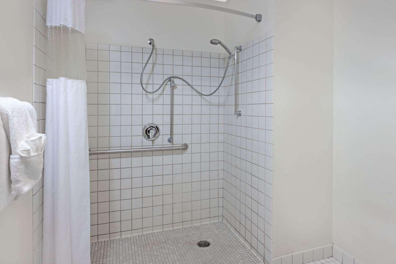 Room - Baymont Inn & Suites Bridgeport