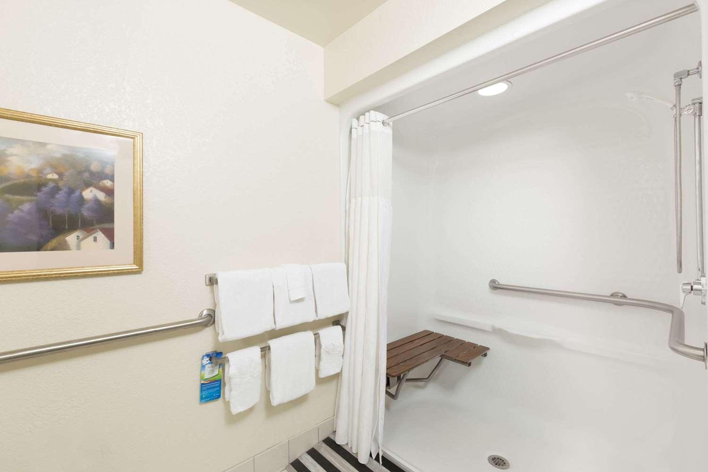 Room - Baymont Inn & Suites Airport Des Moines