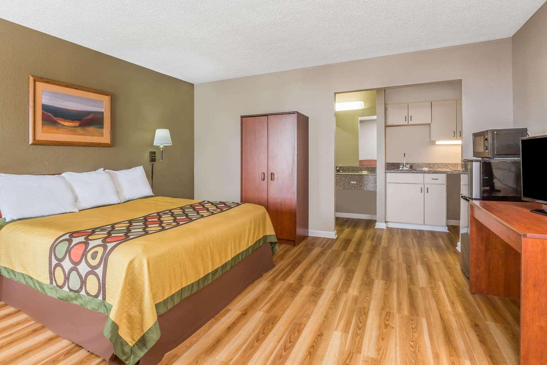 Suite - Super 8 Hotel Metairie