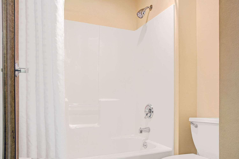 Room - Baymont Inn & Suites Conroe