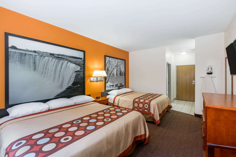 Suite - Super 8 Hotel Schilling Road Salina