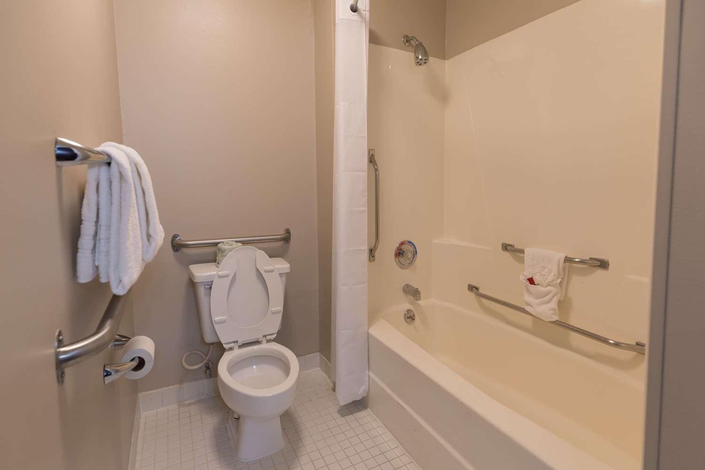 Room - Baymont Inn & Suites Detroit Airport Romulus