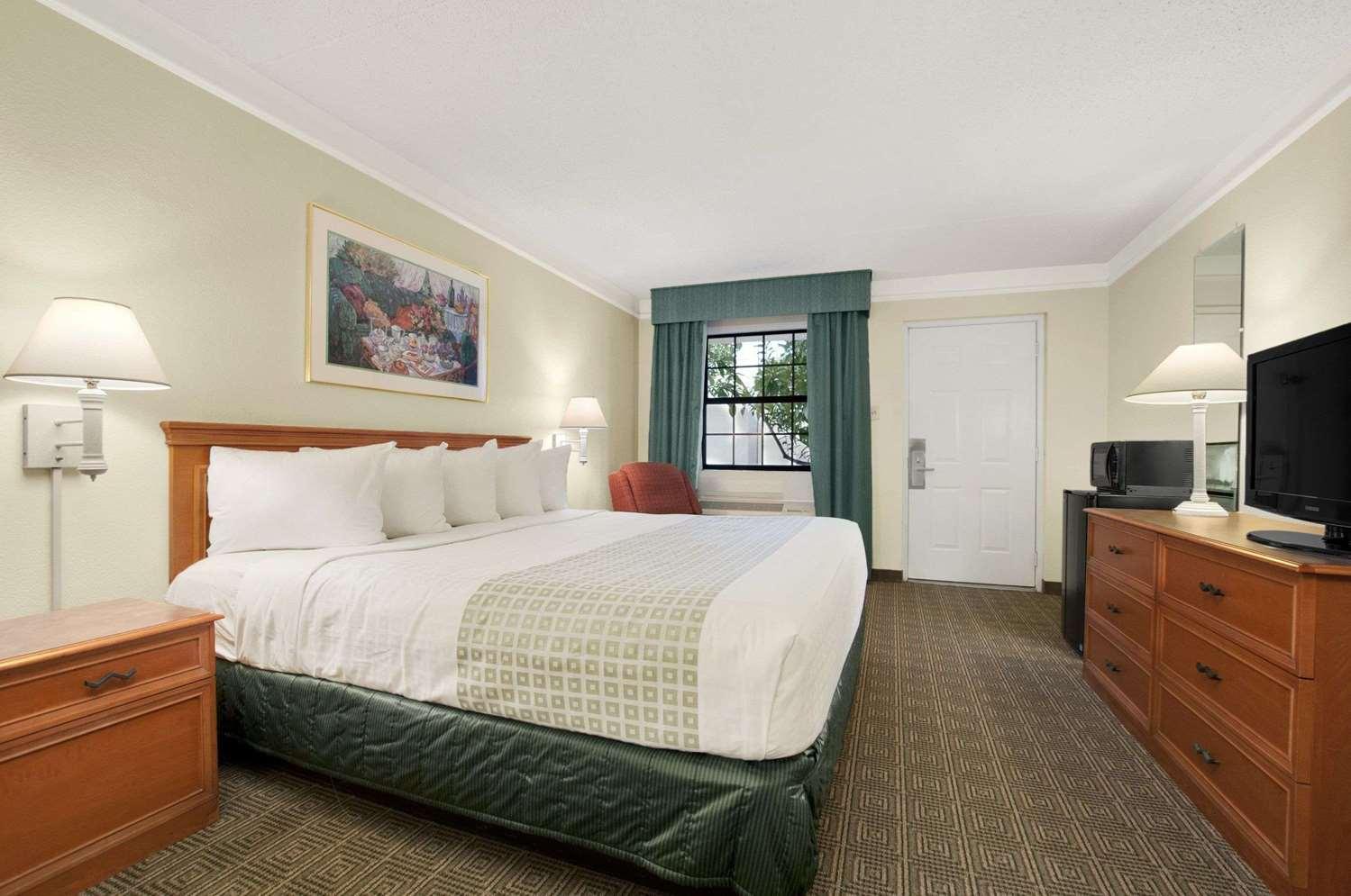 Room - Baymont Inn & Suites Longview