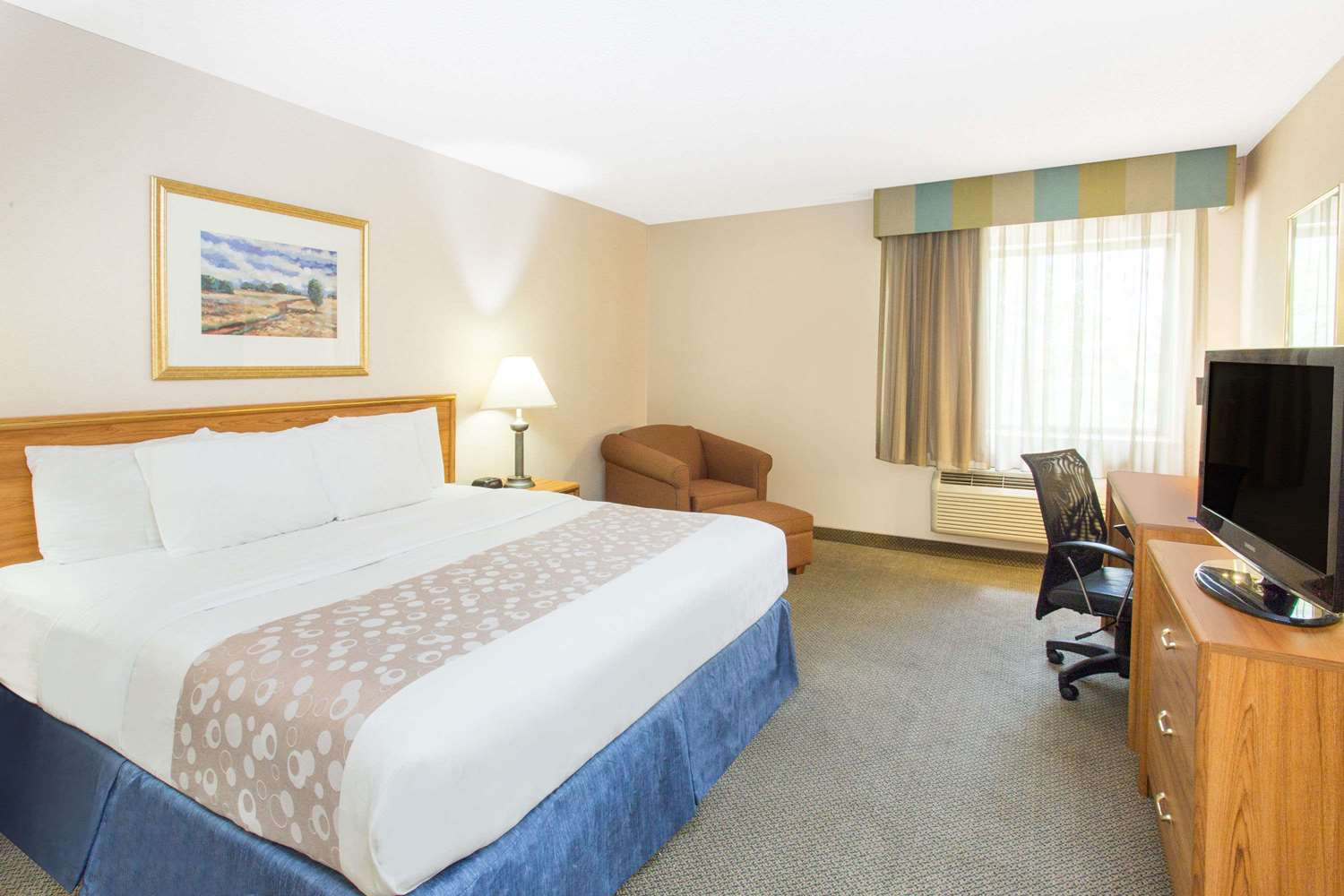 Room - Baymont Inn & Suites Davenport