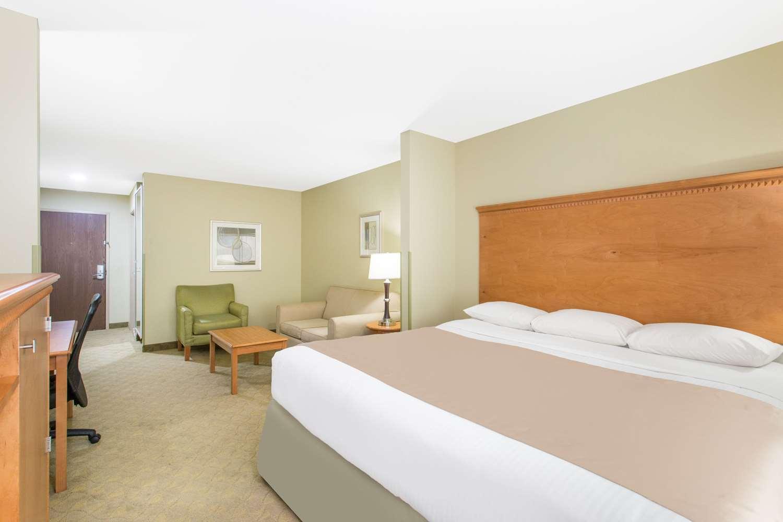 Room - Super 8 Hotel Savannah