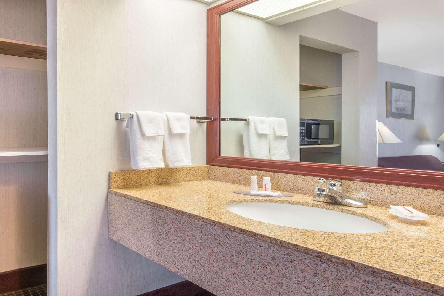 Room - Baymont Inn & Suites Topeka
