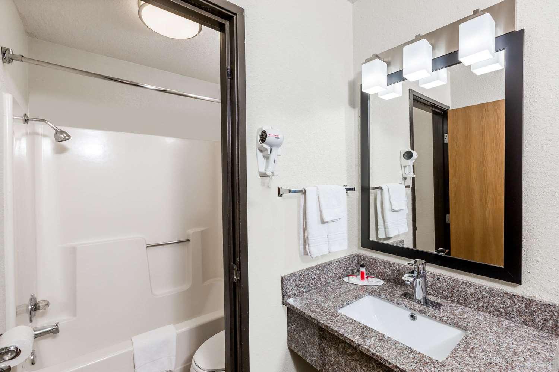 Room - Super 8 Hotel Urbandale