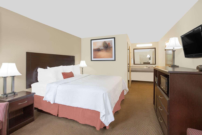 Room - Baymont Inn & Suites Greenville