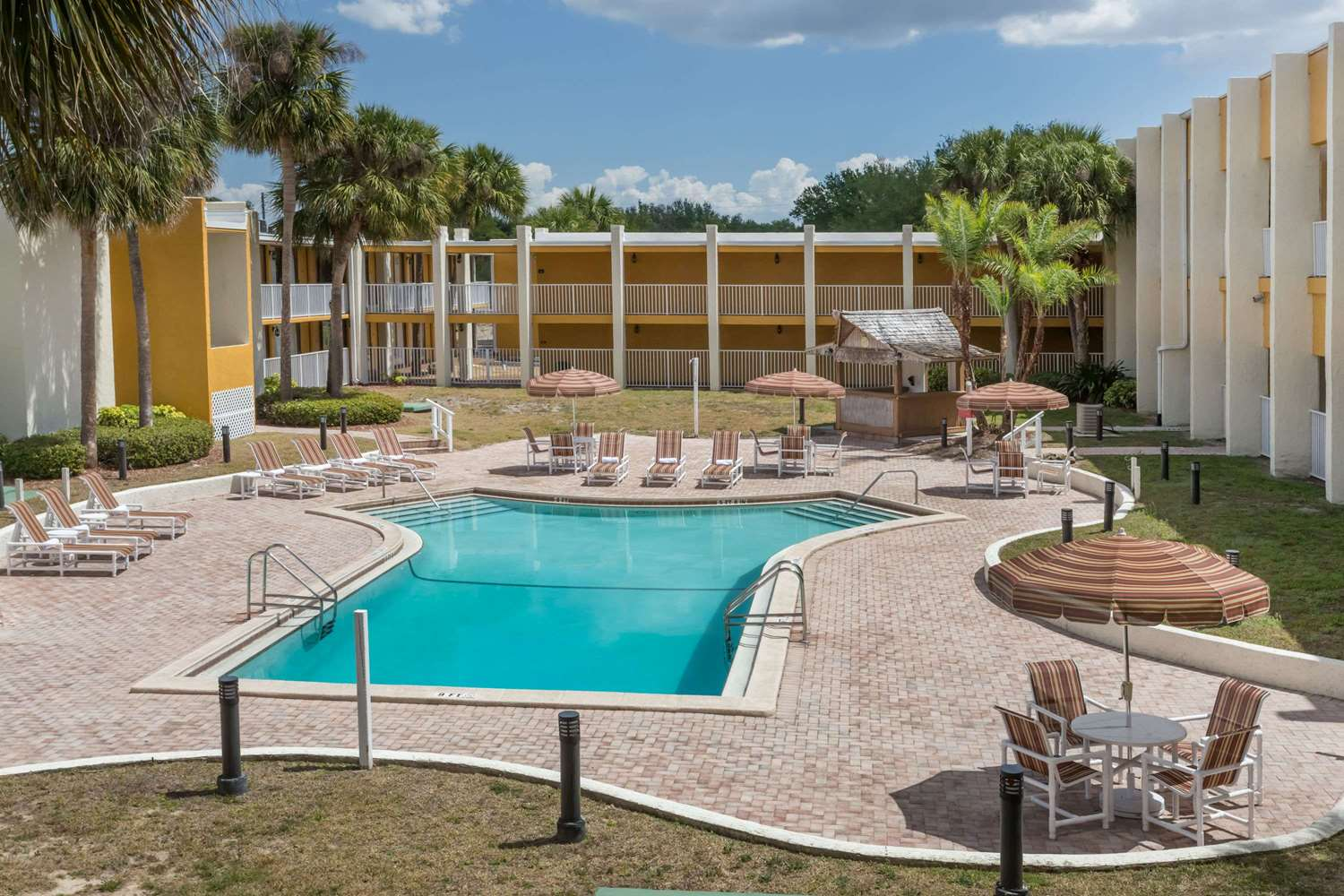 Pool - Days Inn & Suites Clermont