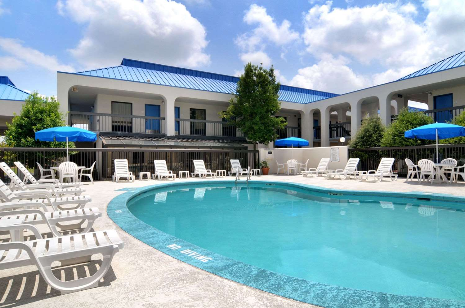 Pool - Baymont Inn & Suites Riverside Drive Macon