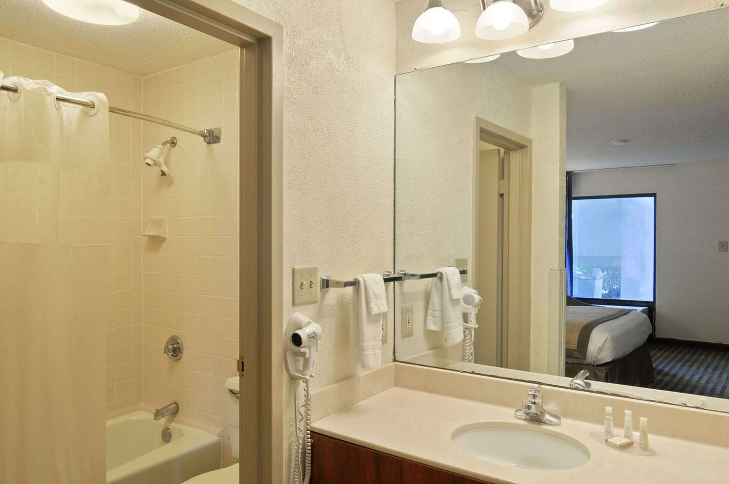 Room - Baymont Inn & Suites Riverside Drive Macon