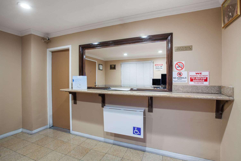 Lobby - Travelodge Airport Ontario