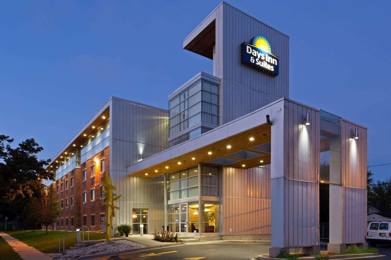 Exterior view - Days Inn & Suites Milwaukee
