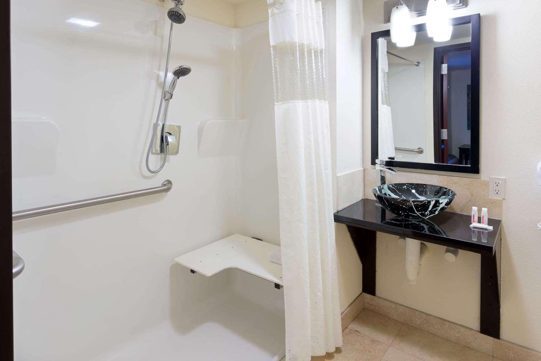 Room - Days Inn & Suites Milwaukee