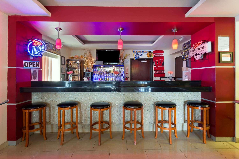Bar - Days Inn & Suites Milwaukee
